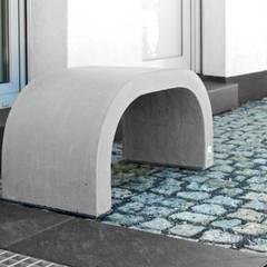 Betonowy detal w przestrzeni publicznej: styl , w kategorii Centra kongresowe zaprojektowany przez Modern Line