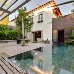 Casa em S. Pedro do Estoril: Piscinas  por Ricardo Moreno Arquitectos