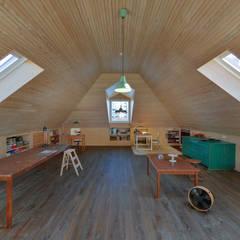 Casa em S. Pedro do Estoril: Escritórios e Espaços de trabalho  por Ricardo Moreno Arquitectos