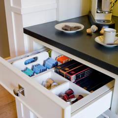 Tés y càpsulas de café, en orden: Cocinas de estilo  de DEULONDER arquitectura domestica