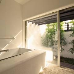 バスルーム: フィールド建築設計舎が手掛けたスパです。