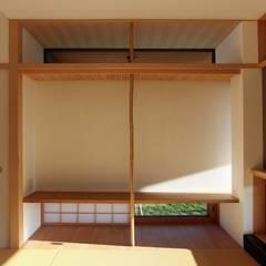 Salas multimedias de estilo  por フィールド建築設計舎