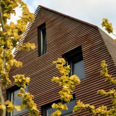 dakopbouw op bestaand bijgebouw:  Slaapkamer door Raymond Horstman Architecten BNA,