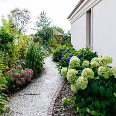 Dom w Bielicach: styl , w kategorii Ogród zaprojektowany przez Gzowska&Ossowska Pracownie Architektury Wnętrz,