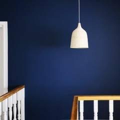 Dom w stylu amerykańskim - hol: styl , w kategorii Ściany zaprojektowany przez IDeALS | interior design and living store