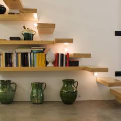 Casa Incorciata: Ingresso & Corridoio in stile  di Ossigeno Architettura