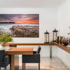 Amplio comedor para recibir a más de 10 comensales: Comedores de estilo mediterráneo de Laura Yerpes Estudio de Interiorismo
