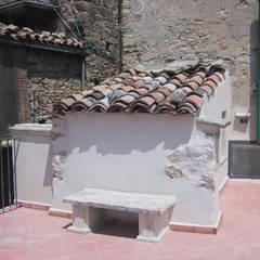 Casa in sasso a Bomba (CH): Terrazza in stile  di Paolo Briolini Architettura
