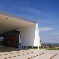 Desafiando paradigmas -  Casa H Los Azhares: Garajes de estilo  por CB Design,Moderno