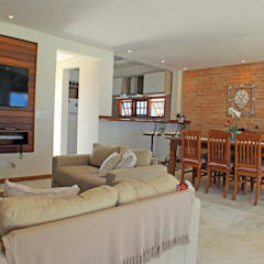 Casa Simples e Confortável: Salas de estar rústicas por RAC ARQUITETURA