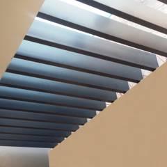 Pergolas : Pasillos y recibidores de estilo  por Productos Cristalum