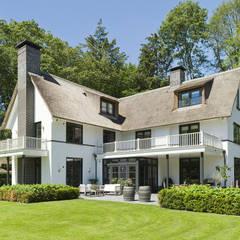 Villa te Diepenveen - Achtergevel:  Terras door Friso Woudstra Architecten BNA B.V.