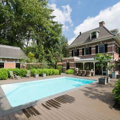 Villa te Zeist - Achtergevel - Zwembad:  Zwembad door Friso Woudstra Architecten BNA B.V.