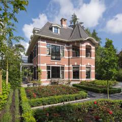 Villa te Zeist - Voorgevel: eclectische Huizen door Friso Woudstra Architecten BNA B.V.