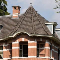 Villa te Doetinchem - Detail dak: eclectische Huizen door Friso Woudstra Architecten BNA B.V.