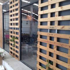 Puertas y ventanas de estilo  de RM Furniture,
