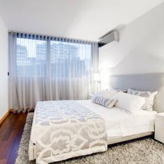 Elegant City Apartment: Quartos  por EMME Atelier de Interiores