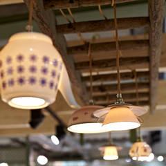 Lieselotte Porzellan-Lampen an alter Leiter:  Geschäftsräume & Stores von Lieselotte