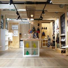 Lieselotte Porzellan-Lampen an alter Leiter :  Geschäftsräume & Stores von Lieselotte