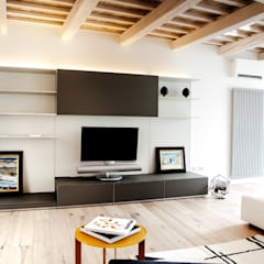 Casa Amalasunta: Soggiorno in stile  di Ossigeno Architettura