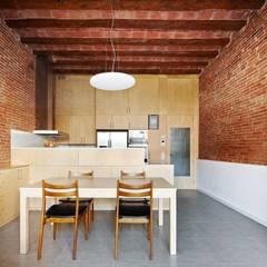 57ALI Reforma y ampliación de casa entre medianeras al Centro de Terrassa: Comedores de estilo  de Vallribera Arquitectes