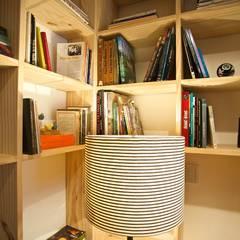 Salones de estilo  de Super StudioB, Moderno Lino Rosa