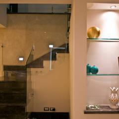 Detalle de escalera: Pasillos y recibidores de estilo  por fc3arquitectura