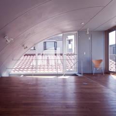 線と面の家:世田谷の狭小二世帯住宅: AIRアーキテクツ建築設計事務所が手掛けた寝室です。