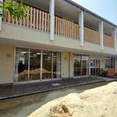 園庭と保育室: モリモトアトリエ / morimoto atelierが手掛けた学校です。