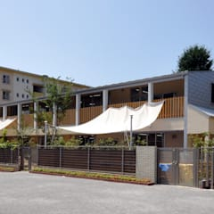 団地の中央広場側: モリモトアトリエ / morimoto atelierが手掛けた学校です。