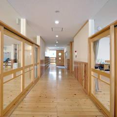 エントランスの土間とスノコ: モリモトアトリエ / morimoto atelierが手掛けた学校です。