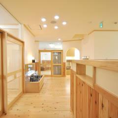 2階の階段ホール: モリモトアトリエ / morimoto atelierが手掛けた学校です。