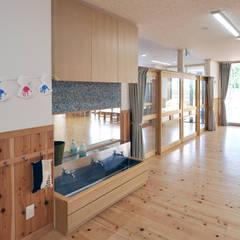 保育室の洗面: モリモトアトリエ / morimoto atelierが手掛けた学校です。
