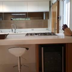 Projeto cozinha integrada ao jantar. Por Lucio Nocito Arquitetura : Adegas ecléticas por Lucio Nocito Arquitetura e Design de Interiores