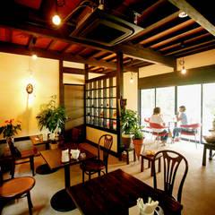 土間のあるノスタルジックなカフェ&ピザの店: 吉田建築計画事務所が手掛けたレストランです。