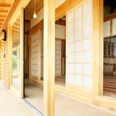 新たな住まいに甦る二百年の記憶。: 吉田建築計画事務所が手掛けたテラス・ベランダです。,クラシック