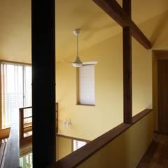 ナチュラルスタイルでゆったり暮らす: アトリエグローカル一級建築士事務所が手掛けた廊下 & 玄関です。
