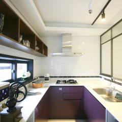 고가구의 적절한 배치, 오리엔탈 느낌의 32py 인테리어: 홍예디자인의  주방