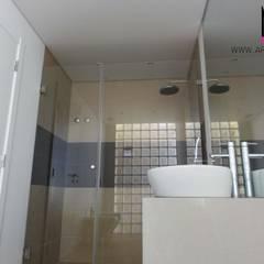 Ericeira Surf : Casas de banho  por ARQAMA - Arquitetura e Design Lda