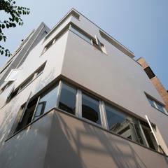はたのいえ: 山本想太郎設計アトリエが手掛けた窓です。