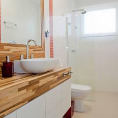 Banheiro do caçula: Banheiros tropicais por Karla Silva Designer de Interiores