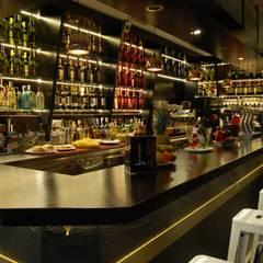 """Cafetería / Bar """"La Escalera del 15"""": Locales gastronómicos de estilo  de Arquitectura de Interior"""