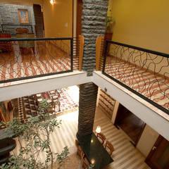Pasillos y hall de entrada de estilo  por Kumar Consultants