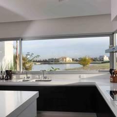 Casa del Cabo: Cocinas de estilo moderno por Remy Arquitectos