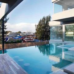 Casa Náutica: Piletas de estilo moderno por Remy Arquitectos