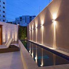 Residência Planalto: Piscinas  por Estela Netto Arquitetura e Design