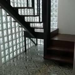 Escalera renovada Pasillos, vestíbulos y escaleras de estilo ecléctico de Quinto Distrito Arquitectura Ecléctico Madera maciza Multicolor