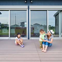 西海岸な平屋: 株式会社スタジオ・チッタ Studio Cittaが手掛けたテラス・ベランダです。,カントリー
