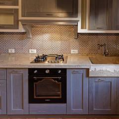 Cucina rustica con lavello e piano cucina in pietra: Cucina in stile  di CusenzaMarmi