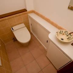 トイレ: 吉村1級建築士事務所が手掛けたウォークインクローゼットです。
